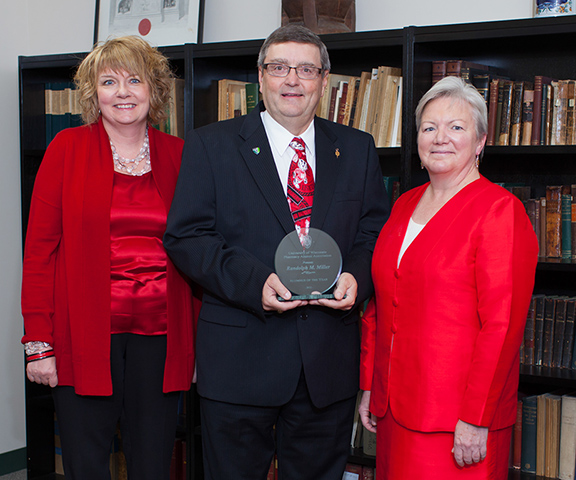 Sue Kleppin (left) and Dean Jeanette Roberts (right) stand with 2012 Alumnus of the Year Randy Miller (center).